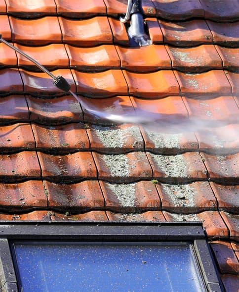 dakpannen reinigen met reinigingsmiddel