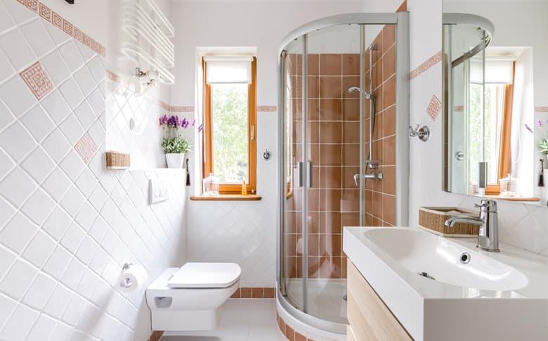 Hoe een kleine badkamer groter laten lijken?