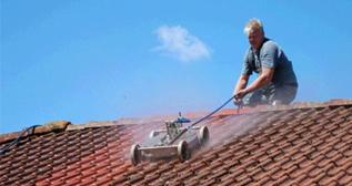 Ontmossen van daken: Vraag vrijblijvend en gratis offertes aan